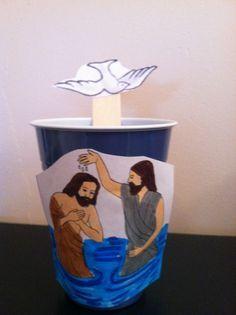 el bautizo de jesús, con un vaso de papel y un palito de polo
