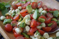 Sluit een warme zomerdag af met deze frisse Caprese salade. De salade komt van het eiland Capri en is samengesteld in de kleuren van de Italiaanse vlag.