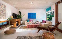 O interior da casa projetada pelo escritório Brasil Arquitetura tem acabamentos e móveis simples. O piso de cimento branco queimado reveste todos os cômodos. A cor – o azul do mar – fica por conta dos quadros