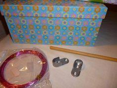 Para regalar a los más pequeños: un armario y perchas para las muñecas Barbie, Couture, Diy, Sunglasses Case, Lunch Box, Dolls, Minis, Doll Furniture, Crafts To Make