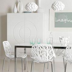 Blanco y sillas caladas...