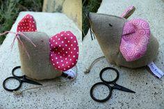 Petite production de souris cousues cette été pour offrir à mes nièces, ma petite soeur ... et une pour moi ! Les Roses étaient pour mes nièces : Amélie et Maëlle. Ma petite soeur avait choisi le tissu marron avec les empreintes de chat ! Et celle en...