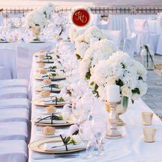Quando escolher a cor da toalha de mesa, tenha em consideração a temática do seu convívio ou a ocasião que se vai celebrar. O branco é um clássico que permitirá brincar com outros apontamentos de cor, seja os guardanapos, seja os copos; enquanto uma toalha verde, por exemplo, pode ser perfeita para um almoço de Verão entre amigos. Se vai utilizar louça com motivos especiais, escolha uma toalha lisa e vice-versa, se não, o resultado será uma mesa muito ruidosa!