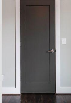 Als smal en strak niet kan, dan breed en strak Grey Interior Doors, Interior Door Styles, Painted Interior Doors, Door Design Interior, Painted Doors, Dark Doors, House Trim, Wooden Door Design, Door Trims
