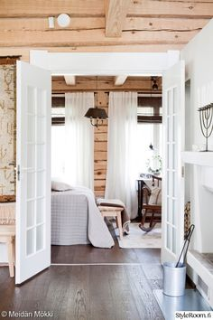 The Lovely Deco: mai 2016 Cottage Design, Farmhouse Design, Scandinavian Cottage, Style Rustique, Cottage Renovation, Hygge Home, Log Cabin Homes, Farmhouse Bedroom Decor, Wooden House