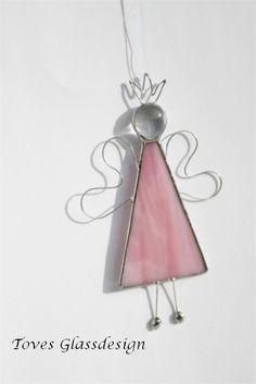 Lille Tingeling er ca 12 cm høy. Nydelig rosa glass i kjolen.