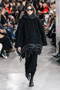 Sacai Fall 2019 Ready-to-Wear Fashion Show - Vogue Fashion Weeks, Daily Fashion, Fashion Over 40, Urban Fashion, Mens Fashion, Fashion Photo, Street Fashion, Guides De Style, Fall Chic
