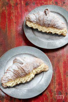 Het contrast tussen de knapperige versgebakken croissant en de volle en romige banketbakkersroom is superlekker! Met dit recept voor roomcroissants ga je een heel fijn ontbijt tegemoet.