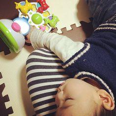 Instagram media mihit21 - 【今日の夜は何時に寝るの?】 *  この時間にお昼寝(夕方寝?)されるとツライなー(๑˃̥̩̥̥̥̥̆ಐ˂̩̩̥̥̩̥̆৭) *  しかもヒザの上…… *  お風呂もご飯の支度もまだだよ(。º̩̩́⌓º̩̩̀).゜ *  でも気持ち良さそうな顔みてると今日はいっか〜って思う₊(ˊᵕ͙ૣᴗᵕ͙ૣˋ)ˈ·˚* *  #よだれたれてるよー #ご飯作らせてー #お風呂入ろうよー #ロディ #西松屋 #10ヶ月 #10month #2月生まれ