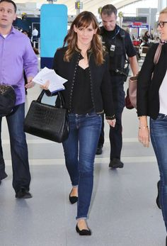 Jennifer Garner pulls together her travel style with a great pair of black loafers. Try the Trotters Cheyenne: http://www.thewalkingcompany.com/trotters-cheyenne-black-suede/37476