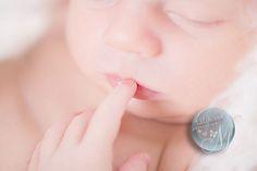 louise photo de bebe avec doigt a la bouche
