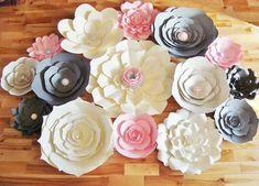 Fondos de flores de papel son una forma fresca y refrescante para realzar la decoración de tu boda o evento. Le enviamos las flores y utilizarlos para crear un telón de fondo de ensueño DIY para tu evento.  Flores viene completa (ninguna Asamblea requerida). Ofreciendo 15 flores de papel en su elección de hasta 5 colores y papel correspondiente y/o centros de joya. Incluye:  -2 flores de papel de 24-30 pulgadas -flores de papel de 15-16 pulgadas 3 -flores de papel de 18-20 pulgadas 2 -fl...
