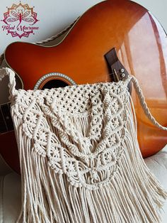 Precioso bolso hecho con cuerda de algodón color crudo, natural y ecológico. Este bolso bohemio es perfecto para lucir en primavera o verano, en tus paseos por la playa, en los festivales, o en tus vacaciones. La gran cantidad de flecos que tiene lo hace un bolso con una bonita caída.