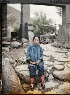 A woman with bound feet visits the Temple of the Tamed Tiger on Mount Emai on 9 June 1913. Her red laces suggest that she is from a prosperous family. (BBC-Books; The wonderful world of Albert Kahn - Colour Photographes from a lost age)