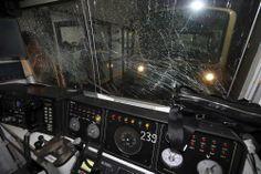 事故で破損した地下鉄車両=ソウルで2014年5月2日、ロイター ▼2May2014毎日新聞|韓国:ソウル地下鉄駅で後続列車が追突 100人超負傷 http://mainichi.jp/select/news/20140502k0000e030257000c.html #Seoul #Seoul_subway #trains_crash #subway