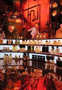 #ReveDeNoelAuPrintemps Vitrine de Noël du Printemps. Paris. Jules dans l'orgue à parfums. 2016. Photo: @DavidMolière. printemps.com