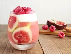 fig and raspberry smoothie. Looks so yummy ; Raspberry Smoothie, Smoothie Drinks, Smoothies, Dessert Drinks, Dessert Recipes, Desserts, Fig Juice, Glass Cakes, Beverage Packaging