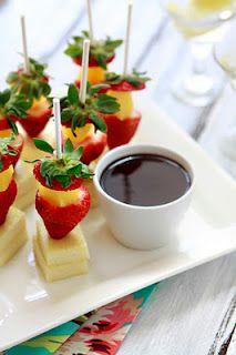 Mini brochetas de fresa y pina con fondue de chocolate