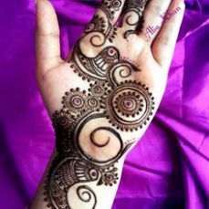 Rich Indian tradition is all about celebrating festivals with great fervor. And, it is also about decorating hands by wearing a trendy mehndi design. So, take a look at 15 charming and pretty mehndi designs which are simple and sophisticated. Henna Hand Designs, Eid Mehndi Designs, Latest Mehndi Designs, Simple Mehndi Designs, Mehndi Designs For Hands, Henna Tattoo Designs, Palm Mehndi Design, Mehendi, Arte Mehndi