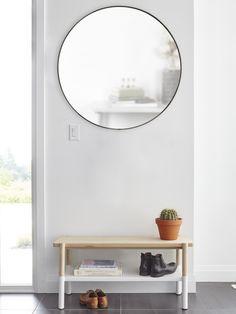 Kulaté zrcadlo o průměru 80 cm skandinavské značky Broste Copenhagen. Skleněný, zrcadlový panel je umístěn do černého dřevěného rámečku.