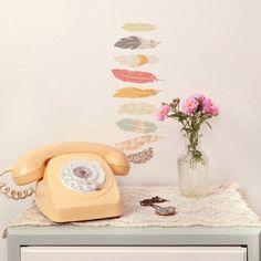 Le mini sticker plumes par Love Maé décorera avec modernité les murs de la chambre de votre petite fille et s'adaptera à la décoration de sa chambre au fil des années !