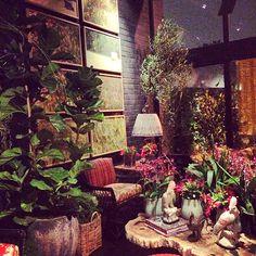 Além da sua já tradicional e impressionante mistura de estampas, ele ainda acrescentou a este projeto dezenas vasos e plantas, dos mais variados tipos e tamanhos. E Design, Palette, Painting, Art, Landscaping Design, Awesome, Vases, Colors, Ideas