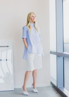 The boss sets the fashion at Goop's new light-filled headquarters in California. Goop Gwyneth, Sweet Boyfriend, Fashion Vocabulary, Gwyneth Paltrow, High Collar, Frame Denim, Dress Codes, Jeans Fit, Style Icons