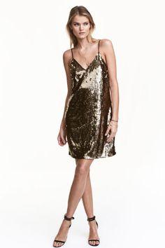 Рокля с пайети: Къса рокля от мрежеста материя с бродерия с пайети. С триъгълно деколте и тънки регулиращи се презрамки. С подплата от трико.