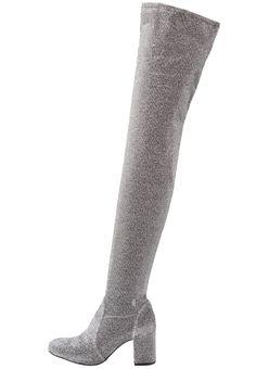 ¡Consigue este tipo de botas de caña alta de SCHUTZ ahora! Haz clic para ver los detalles. Envíos gratis a toda España. Schutz Botas mosqueteras aco: Schutz Botas mosqueteras aco Zapatos   | Material exterior: tela, Material interior: combinación de piel/tela, Suela: fibra sintética/cuero, Plantilla: cuero | Zapatos ¡Haz tu pedido   y disfruta de gastos de enví-o gratuitos! (botas de caña alta, caña, cañas, mosquetera, mosqueteras, alta, xxl, altas, highland, rodilla, high, muskete...