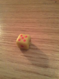 Cube jaune et rouge en pâte fimo.
