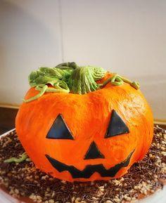 Söpö kurpitsakakku sopii lasten halloweenjuhliin Pumpkin Carving, Halloween, Pumpkin Carvings, Spooky Halloween
