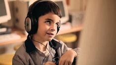 El video Los colores de las flores, hace referencia de la historia de Diego un niño con una deficiencia visual incluido en una escuela regular, el apoyo de su compañero de clase, de su mamá y la creatividad de Diego al realizar su tarea.