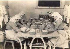 Sisters and Three Nurses Bathing Babies by courtesy of the Barts Hospital Archives. The League of St. Funny Nurse Quotes, Nurse Humor, Nursing Memes, Funny Nursing, Nursing Quotes, Radiology Humor, Happy Nurses Week, Vintage Nurse, Retail Robin