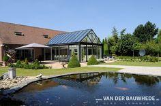 Realisatie door Van Der Bauwhede veranda's en glazen.  Een comfortabele wooncultuur in de 'open' lucht die alle weertypen trotseert. Ervaar buiten ook binnen met een veranda van Van Der Bauwhede.  Veranda Van Der Bauwhede     Roterijstraat 107 Waregem
