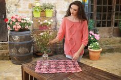 Deze mooie zomerse trui is gemaakt met Katia Cotton Stretch.  Het patroontje kan je gratis bekomen bij www.wolwolf.be als je het nodige katoen aankoopt.  Voor maat 38-40 heb je 7 bolletjes nodig, voor maat 42-44 en 46-48 heb je 8 bolletjes nodig en voor maat 50-52 heb je 9 bolletjes nodig.