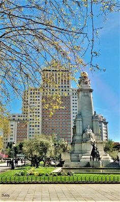 La Plaza España. Fuente monumental dedicada a Miguel de Cervantes. Al fondo la Torre España - 1953- (Madrid)