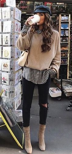 casquette gavroche, pull beige et chemise imprimée, skinny noir et bottines à talon #HatsForWomenClassy