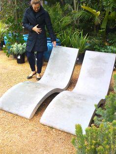 Espreguiçadeiras em concreto - sinuous concrete chaises for your outdoors Concrete Patios, Concrete Cement, Concrete Furniture, Concrete Garden, Concrete Design, Garden Furniture, Decorative Concrete, Urban Furniture, Polished Concrete