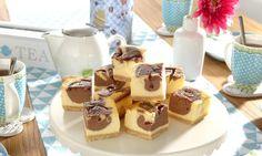 Met deze heerlijke smeuïge #chocolade #cheesecake met frisse frambozensaus kun…