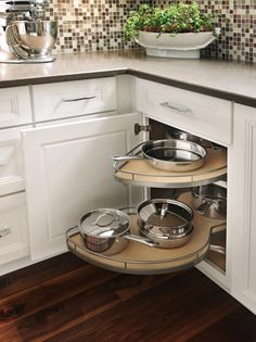 Corner cabinet with pull-out storage
