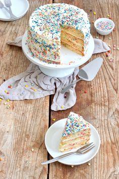 - Konfetti Torte – Konfetti Kuchen – Rezept – Sweets & Lifestyle® Delicious Funfetti cake for the children& birthday party and carnival based on a recipe from Sweets & Lifestyle® - Funfetti Kuchen, Funfetti Cake, Valentines Day Food, Mini Desserts, Confetti Cake Recipes, Cake Recept, Food Cakes, Macaron, Beautiful Cakes