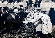 American Civil War Veterans shake hands, 1913 - Retronaut