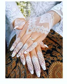 Latest White Henna Designs Tattoo Trends Collection include how to apply white henna, fancy patterns, easy simple henna styles, for dark skin etc White Henna Tattoo, Henna Tattoo Hand, Henna Tattoo Designs, Henna Tattoos, Mehndi Designs, Henna Inspired Tattoos, Pretty Henna Designs, Henna Nails, Henna Style