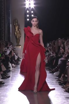 Elie Saab Look Spring Summer 2019 Haute Couture Collection : Gorgeous Ruffled One Shoulder Slit Red Sheath Evening Maxi Dress / Evening Gown with One Long Sleeve and small Train. Runway Show by Elie Saab Haute Couture Dresses, Couture Fashion, Runway Fashion, Women's Fashion, Elegant Dresses, Beautiful Dresses, Evening Dresses, Prom Dresses, Club Dresses