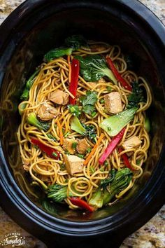 The best slow cooker chicken lo mein. only 15 minutes to prep. way better, tastier & healthier than take-out! easy meal prep for work using crockpot + video Crock Pot Slow Cooker, Crock Pot Cooking, Slow Cooker Recipes, Cooking Recipes, Easy Recipes, East Crockpot Meals, Summer Crock Pot Recipes, Crockpot Summer Meals, Healthy Crock Pot Meals