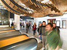 Chris Fox transforme des Escalators en Bois vieux de 80 Ans en un Ruban sculptural (4)