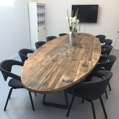 Modern look with black chairs and wood table! Astounding Oval Dining Tables for Your Modern Dining Room ♥ Discover the season's newest designs and inspirations. Oval Table, Modern Dining Table, Dining Room Table, Modern Chairs, Table And Chairs, Modern Furniture, Dining Chairs, Farm Tables, Wood Tables