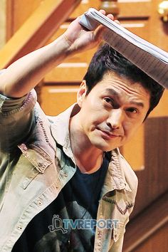 장현성 (Jang Hyun Sung) rehearsing for the 2012 Korean production of Michael Frayn's 'Noise Off'