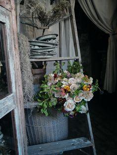 ベージュのバラと赤茶色のパンジーを合わせた春のブーケ #花 #インテリア #雑貨 #ブーケ #ラダー #バスケット #カジュカ #西宮 #フラワーショップ #ベージュ #ニュアンスカラー #アースカラー #アンティーク