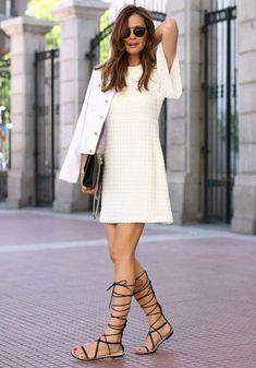 Street style de vestido t-shirt off-white com gladiadora.